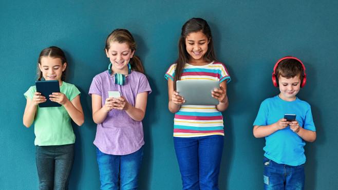 Kindergruppe mit mobilen Geräten©iStock.com/PeopleImages