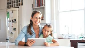 Frau mit Mädchen am Tablet©iStock.com/shapecharge