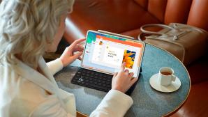 Frau arbeitet im Kaffee mit dem Huawei MatePad Pro©Huawei