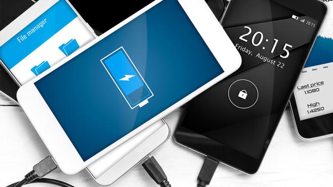 Smartphones mit Ladesteckern©iStock.com/baloon111