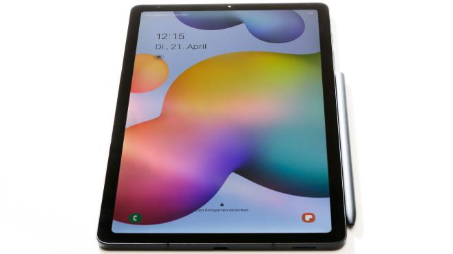Galaxy Tab S6 Lite mit S Pen vor weißem Hintergrund©COMPUTER BILD