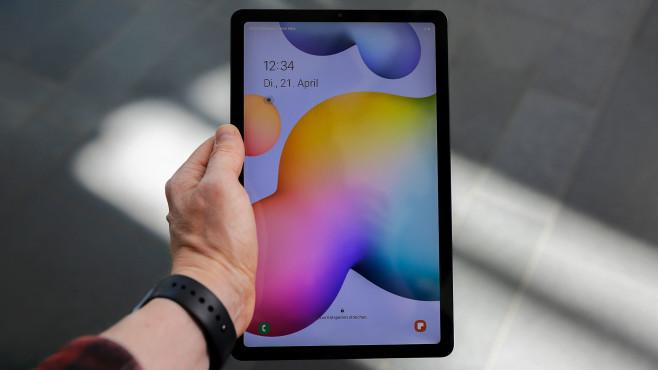Hand hält das Galaxy Tab S6 Lite, der Bildschirm ist eingeschaltet.©COMPUTER BILD