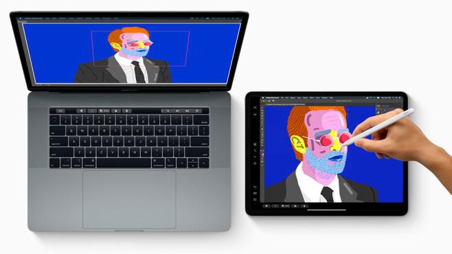 Hand malt mit dem Apple Pencil auf dem iPad©Apple