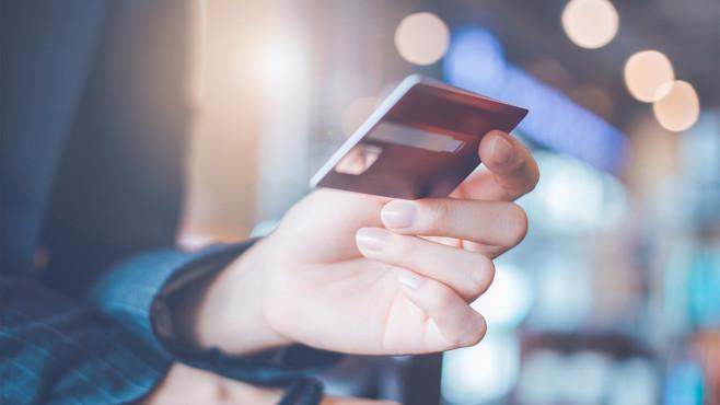 Kreditkartenabrechnung prüfen©iStock.com/apichon_tee