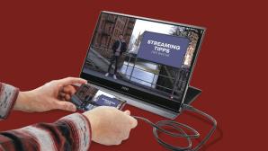 Ein Smartphone ist per USB-C mit dem MSI Optix MAG161V verbunden.©COMPUTER BILD
