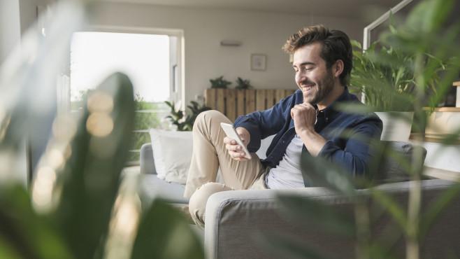 Mann zuhause mit Smartphone©gettyimages.de / Westend61