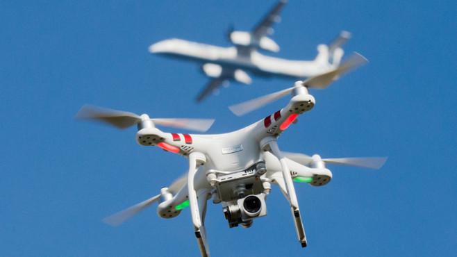 Drohne und Flugzeug©dpa-Bildfunk