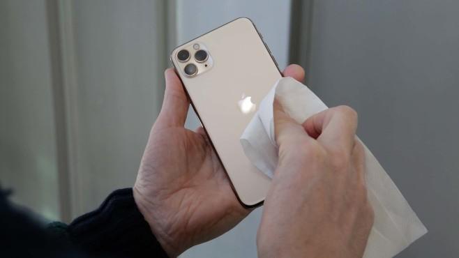iPhone mit Alkohol reinigen©COMPUTER BILD