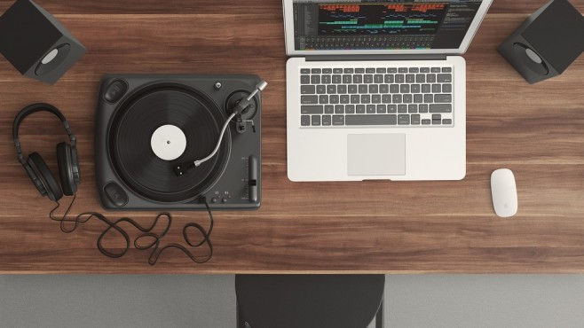 Plattenspieler, Kopfhörer und Notebook©pexels