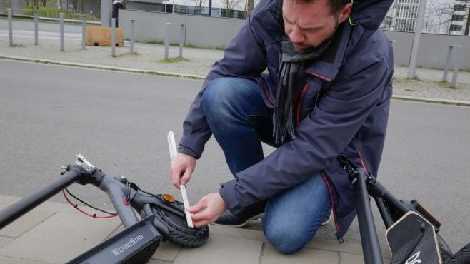 5 unter 500 Euro: E-Scooter überraschen im Test Größe und Art der Reifen haben einen großen Einfluss auf den Komfort. Die beste Mischung bietet Denver: 23 cm Durchmesser und luftgefüllte Pneus.©COMPUTER BILD