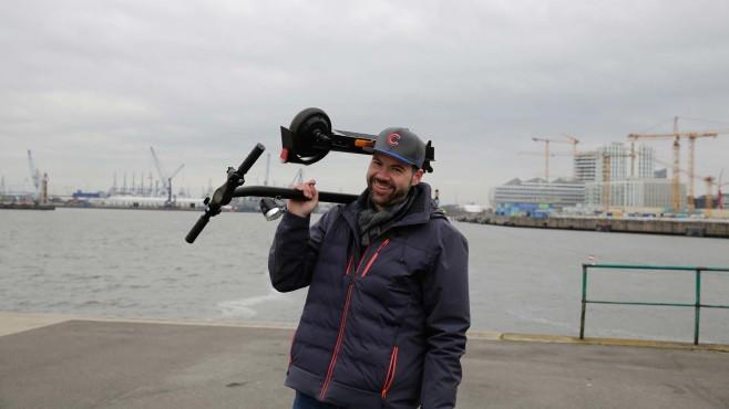 5 unter 500 Euro: E-Scooter überraschen im Test  Leichtgewichte sind die Roller alle nicht. Ist der Akku leer, wird's anstrengend.©COMPUTER BILD