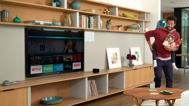Vater und Kind spieen vor einem Fernseher mit angeschlossenem Fire TV Cube.©Amazon