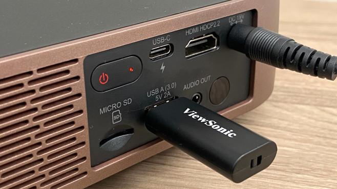 Beamer-Test Viewsonic M2: Das Universaltalent unter den Projektoren Fotos und Videos spielt der Viewsonic M2 per HDMI ab, außerdem per USB-A (von Speichermedien), USB-C (als Smartphone- oder Computer-Display) sowie per WLAN dank serienmäßigem Dongle.©COMPUTER BILD