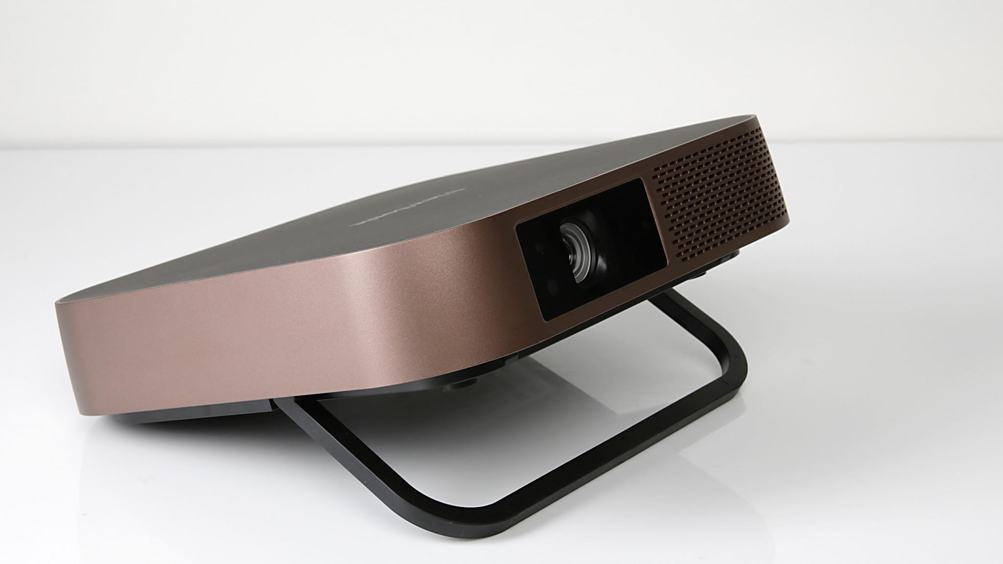 Beamer-Test Viewsonic M2: Das Universaltalent unter den Projektoren Viewsonic M2 im Test: Mit 22 Zentimetern Kantenlänge fällt der Beamer erfreulich kompakt aus, seine LED-Projektionslampe soll 30.000 Betriebsstunden halten.©COMPUTER BILD