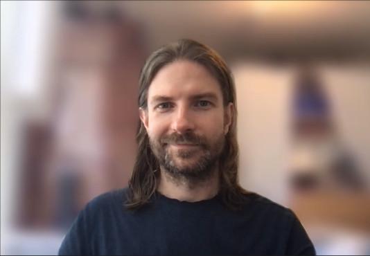 Person in Porträt-Ausschnitt vor weichgezeichnetem Hintergrund ©Microsoft/COMPUTER BILD