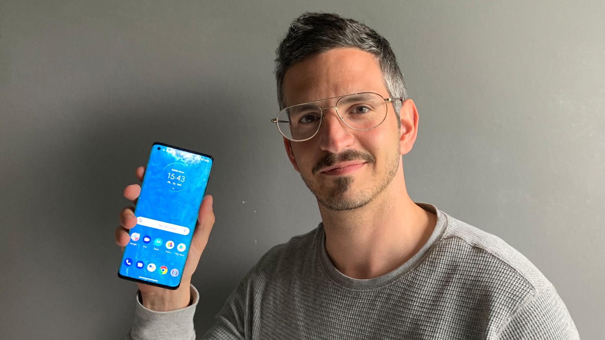 Motorola Edge mit Redakteur Timur Stürmer©COMPUTER BILD