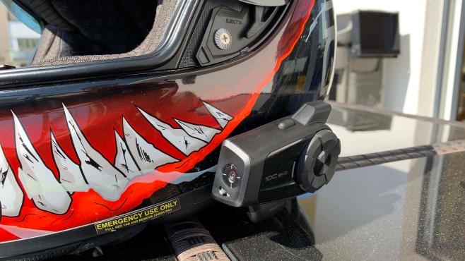 Beste Lösung für Motorrad-Videos? Sena 10C Evo im Test Der Winkel der Kamera lässt sich um circa 30 Grad verschieben, sodass man das Bild möglichst gerade ausrichten kann.©COMPUTER BILD