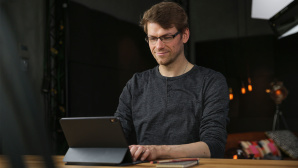 Redakteur arbeitet am Schreibtisch am iPad Pro.©COMPUTER BILD
