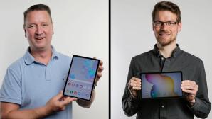 Montage von COMPUTER BILD: Redakteure halten Tablets hoch©COMPUTER BILD