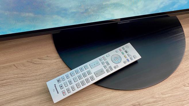 Panasonic HZW1004: Die Fernbedienung sieht schick aus und hat eine beleuchtete Tastatur.©COMPUTER BILD