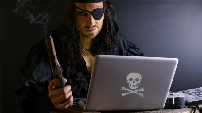 Pirat am Laptop©Haramis Kalfar - Fotolia.com