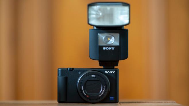 Sony Vlog-Kamera ZV-1 mit Blitz©COMPUTER BILD