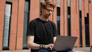 Redakteur arbeitet im Freien mit dem Samsung Galaxy Book S©COMPUTER BILD