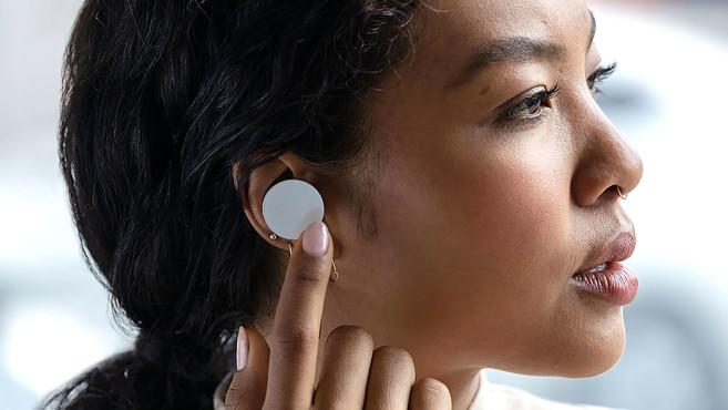 Die Microsoft Surface Earbuds verfügen über große Touchpads zur Steuerung der Musik und für Office-Funktionen.©Microsoft