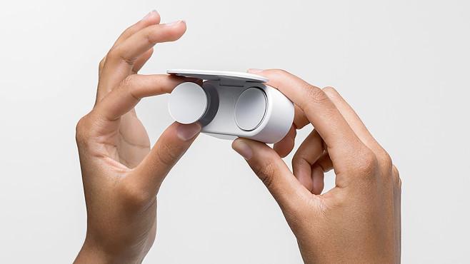 Die Transport- und Ladebox der Microsoft Surface Earbuds fällt vergleichsweise kompakt aus.©Microsoft
