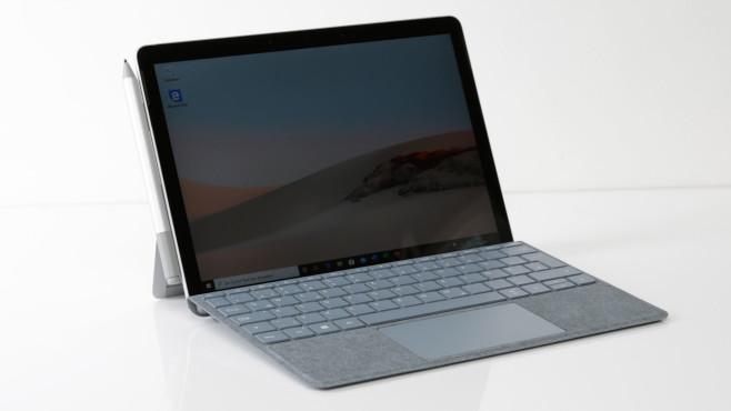 Microsoft Surface Go 2 vor grauem Hintergrund©COMPUTER BILD