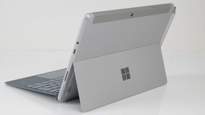 Rückseite des Surface Go 2 vor grauem Hintergrund©COMPUTER BILD