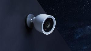 Nest Cam IQ Outdoor h�ngt an einer Hauswand©Nest, Google