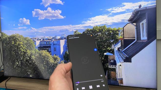 Samsung Q950T im Test: Der neue Samsung dreht auf! Der Samsung Q950T und das Galaxy S20 bilden ein kongeniales Team: Das Smartphone kann Videos in 8K-Auflösung drehen und per WLAN auf den Fernseher streamen. Das klappte im Test absolut reibungslos, das fein aufgelöste Bild beeindruckte mit enormer Tiefenwirkung.©COMPUTER BILD