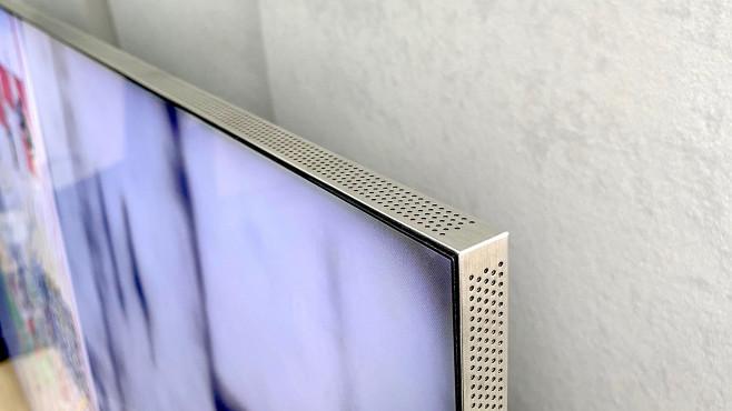 Samsung Q950T im Test: Samsung dreht auf! Beim Samsung Q950T stecken in dem schmalen Bildschirmrahmen oben, seitlich und unten jeweils zwei Lautsprecher. Vier Tieftöner plus vier Passivmembranen zur Bassverstärkung arbeiten in der Rückseite.©COMPUTER BILD