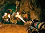 Turok Die kriegen keinen Stich: Turok wehrt die Riesenskorpione in einer Höhle mit dem Flammenwerfer ab.©Disney Interactive Studios