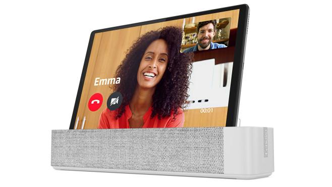 Das Lenovo Smart Tab M10 FHD Plus im Dock vor weißem Hintergrund©Lenovo