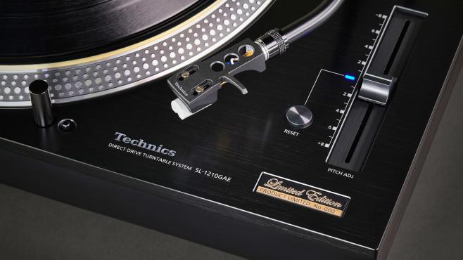 Mit Stroboskop-Muster auf dem Plattentellerrand und Geschwindigkeits-Schieberegler weist der Technics SL-1210 auf seine Wurzeln als DJ-Werkzeug hin.©Panasonic / Technics
