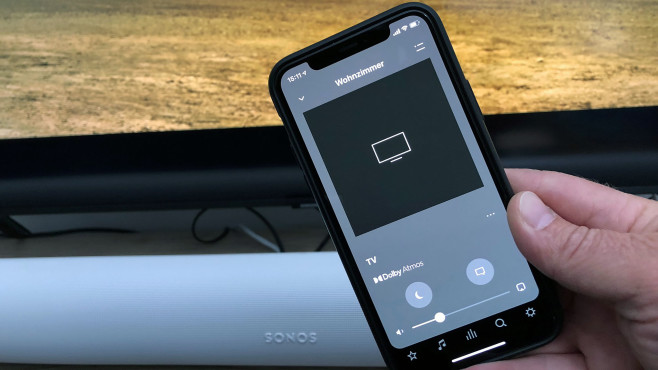 Gibt die Sonos Arc Raumklang im Dolby-Atmos-Format wieder, zeigt sie das nur in der App und nicht etwa mit einer LED an der Soundbar selbst an.©COMPUTER BILD