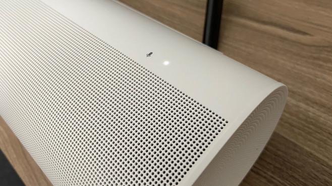 """Sonos Arc im Test: Soundbar mit Dolby-Atmos-Raumklang Die weiße LED auf der Oberseite vom Sonos Arc signalisiert, dass die eingebauten Mikrofone auf das Schlüsselwort """"Alexa"""" oder """"ok, Google"""" hören.©COMPUTER BILD"""