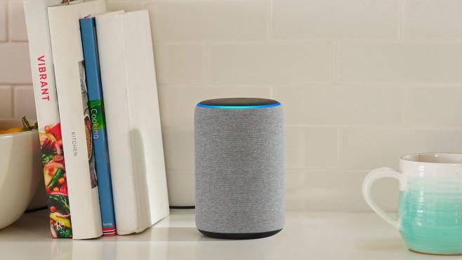 Der Amazon Echo 3 steht in der Küche.©Amazon, Alexa