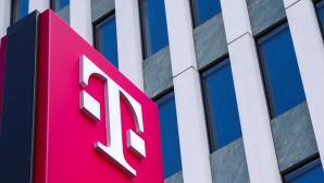Telekom-Emblem vor Bürogebäude©Telekom