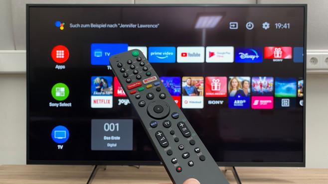 Sony XH8096 im Test: Der günstige Android-Fernseher hat nur eine Schwäche Die Fernbedienung vom Sony XH8096 gefiel im Test mit logisch angeordneten, weitgehend klar beschrifteten Tasten.©COMPUTER BILD