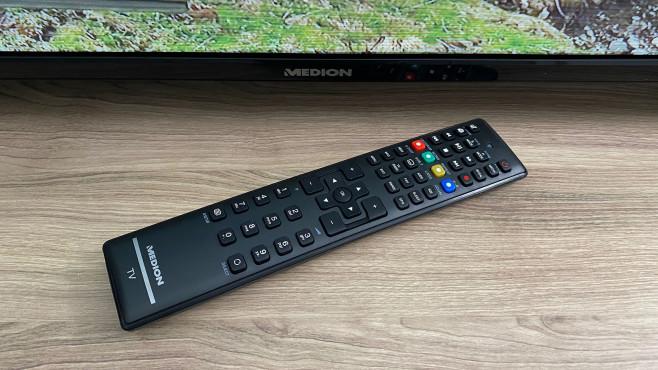 Medion E13200 im Test: Kompakter Fernseher mit DVD-Player bei Aldi Mit der Fernbedienung des Medion E13200 lassen sich alle Funktionen inklusive DVD-Player steuern. Die Disc-Auswurftaste ist rechts unten versteckt.©COMPUTER BILD