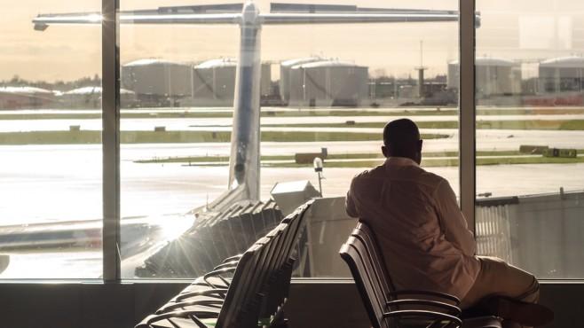 Mann wartet auf Flugplatz auf Start©pexels