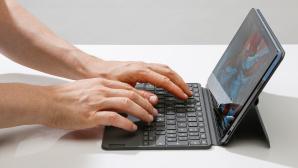 Hände tippen auf der Tastatur des Lenovo IdeaPad Duet Chromebook©COMPUTER BILD