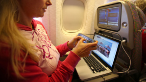 Flugzeug mit Laptop © gettyimages.de/EyesWideOpen