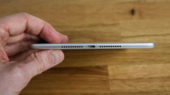 Hand hält das iPad mini (2019) hochkant©COMPUTER BILD