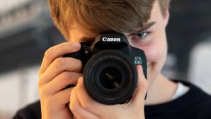 Ein Junge hält die Canon EOS 850D©COMPUTER BILD