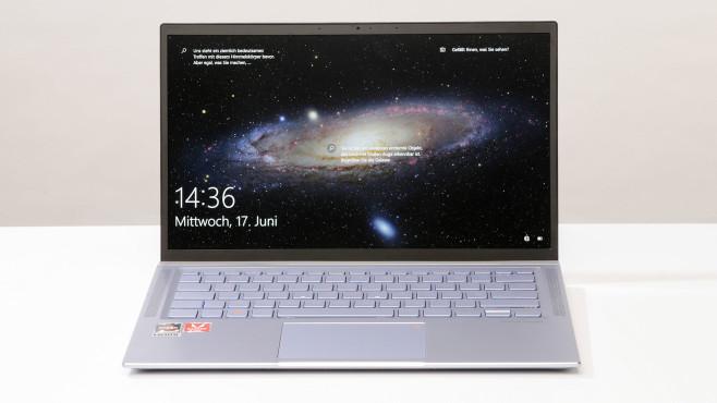 Asus ZenBook auf einem Schreibtisch, Bildschirm ist aufgeklappt©COMPUTER BILD