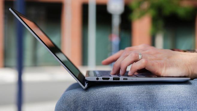 Händer tippten auf dem Asus ZenBook 14, Anschlüsse linkerhand sind sichtbar©COMPUTER BILD